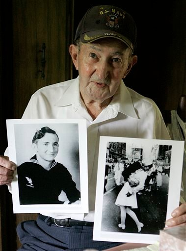 FILE - In this July 31, 2007 file photo, Glenn McDuffie holds a portrait of himself as a young man, left, and a copy of Alfred Eisenstaedt's iconic Life magazine shot. (AP)