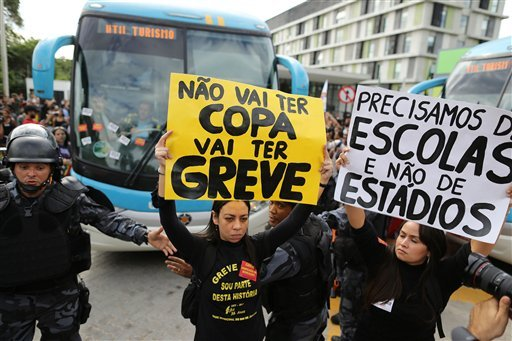 """The sign reads in Portuguese """"There will be not Cup. There will be a strike."""" (AP Photo/Hassan Ammar)"""