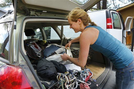 Tori Orlowski moves her belongings back into their home in Kachina Village, Monday, May 26, 2014, near Flagstaff Ariz. Orlowski headed pre-evacuation orders due to the Slide Fire. (AP)