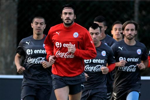 Chile's Mauricio Pinilla, in red, runs laps with teammates during a training session at Toca da Raposa Center, in Belo Horizonte, Brazil, Friday, June 20, 2014. Chile plays in group B of the Brazil 2014 soccer World Cup. (AP Photo/Bruno Magalhaes)