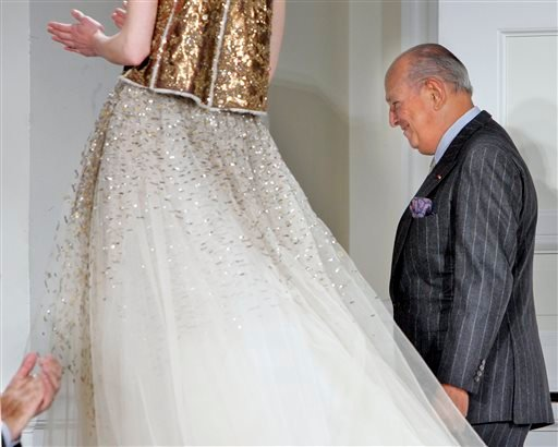 FILE - In this Feb. 4, 2008, file photo, designer Oscar de la Renta is applauded after the presentation of his fall 2008 collection during Fashion Week in New York. (AP)