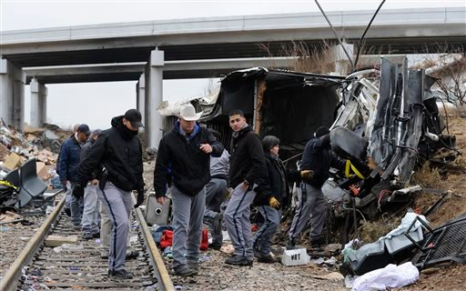Officials investigate the scene of a prison transport bus crash, Wednesday, Jan. 14, 2015, in Penwell, Texas. (AP)