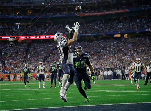 New England Patriots tight end Rob Gronkowski catches a 22-yard touchdown pass in front of Seattle Seahawks outside linebacker K.J. Wright (50) during the first half of NFL Super Bowl XLIX football game Sunday, Feb. 1, 2015, in Glendale, Ariz. (AP Photo/M