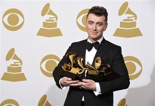 """Sam Smith posa en la sala de prensa con el premio al mejor artista nuevo, mejor álbum pop vocal por """"In the Lonely Hour"""", canción del año por """"Stay With Me"""" y grabación del año por """"Stay With Me"""" en la 57ª entrega de los Grammy Awards en el Staples Center"""