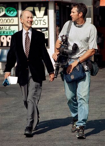 In this July 13, 1998 file photo, veteran KTLA television reporter Stan Chambers, left, and photographer Greg Hunter walk in Lawndale, Calif. (AP Photo/Kevork Djansezian, File)