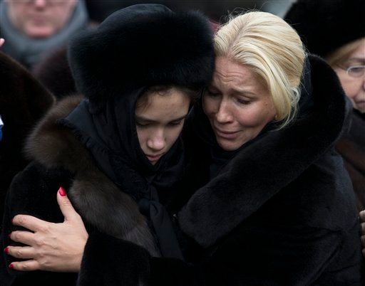 Relatives comfort each other at the coffin of Boris Nemtsov during a funeral at Troekurovskoye cemetery in Moscow, Russia, Tuesday, March 3, 2015. Mourners are lining up outside a Moscow human rights center for the funeral of murdered Nemtsov. a charismat