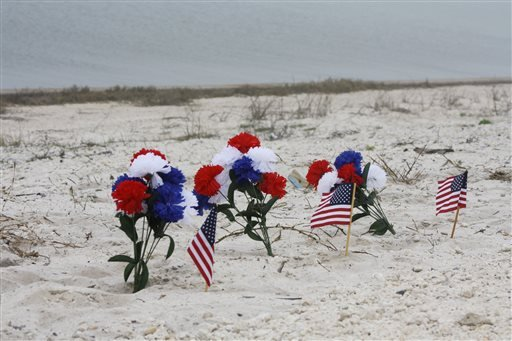 A small memorial stands in the sand along Highway 98 in Navarre, Fla., Thursday, March 12, 2015. (AP)