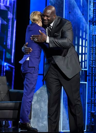 Justin Bieber, left, and Shaquille O'Neal embrace at the Comedy Central Roast of Justin Bieber at Sony Pictures Studios on Saturday, March 14, 2015, in Culver City, Calif.