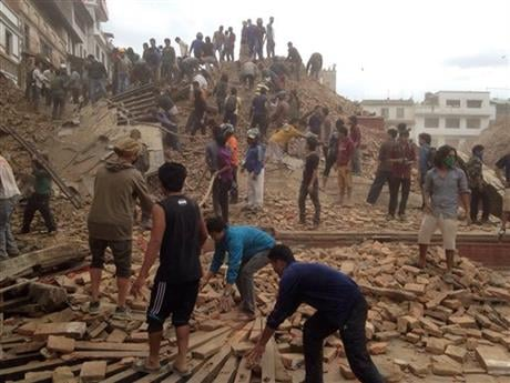 © Volunteers help with rescue work at the site of a building that collapsed after an earthquake in Kathmandu, Nepal, Saturday, April 25, 2015. A strong magnitude-7.9 earthquake shook Nepal\'s capital and the densely populated Kathmandu Valley before noon