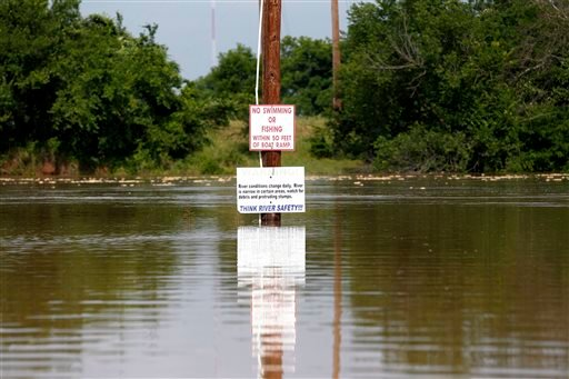 The Brazos River rises as authorities call for an evacuation of Horseshoe Bend, because it is expected to flood there, Wednesday, May 27 2015 in Horseshoe Bend, Texas. (Rodger Mallison/The Fort Worth Star-Telegram via AP)