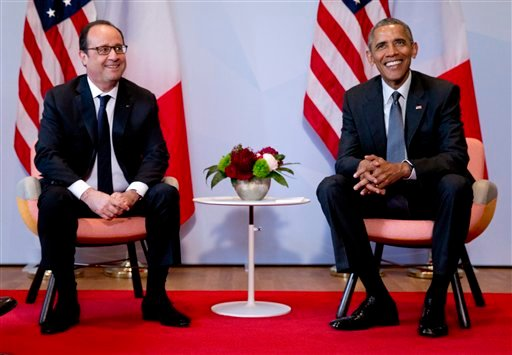 US President Barack Obama, right, and French President Francois Hollande pose for a photograph prior to a bilateral meeting during the G-7 summit in Schloss Elmau hotel near Garmisch-Partenkirchen, southern Germany, Monday, June 8, 2015. (AP Photo/Carolyn