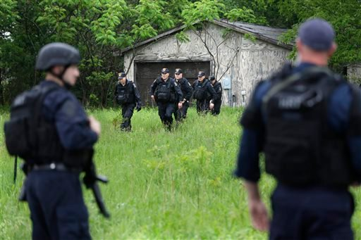 Law enforcement officers search for escaped prisoners near Essex, N.Y., Tuesday, June 9, 2015. (AP Photo/Seth Wenig)