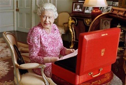 (Mary McCartney/Queen Elizabeth II via AP) THIS IMAGE CANNOT BE USED AFTER OCTOBER 8, 2015