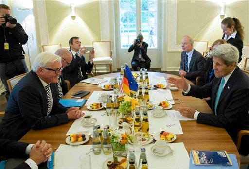 German Foreign Minister Frank-Walter Steinmeier , left, speaks with U.S. Secretary of State ,John Kerry, during their meeting in the German foreign ministry's guesthouse ,Villa Borsig, at lake Tegel in Berlin, Germany, Sunday Sept. 20, 2015. (Axel Schmidt