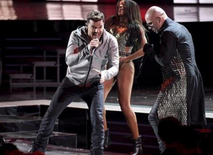 """Ricky Martin, left, and Wisin perform """"Que se Sienta El Deseo"""" at the 16th annual Latin Grammy Awards at the MGM Grand Garden Arena on Thursday, Nov. 19, 2015, in Las Vegas. (Photo by Chris Pizzello/Invision/AP)"""