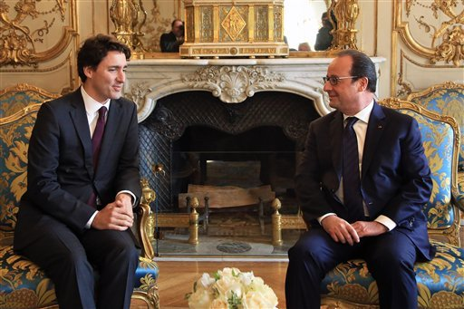 France's President Francois Hollande, right, and Canadian Prime Minister Justin Trudeau talk during a meeting at the Elysee Palace, in Paris, Sunday, Nov. 29, 2015. More than 140 world leaders are gathering around Paris for high-stakes climate talks that