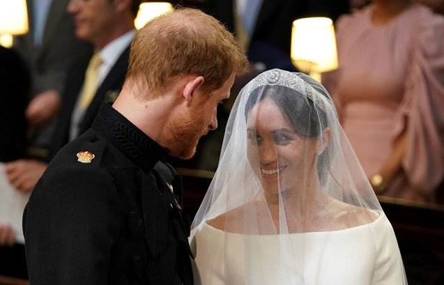 Meghan Markle wears stunning Givenchy wedding dress - CBS News 8 ...